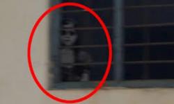 presenza  di un fantasma  dietro la finestra