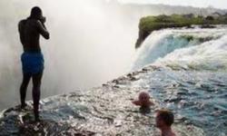 Guida  turistica del  sudafricana   cade  nella  gola  della  cascata e  muore